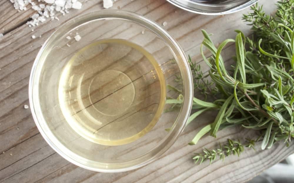 bol transparent avec vinaigre blanc